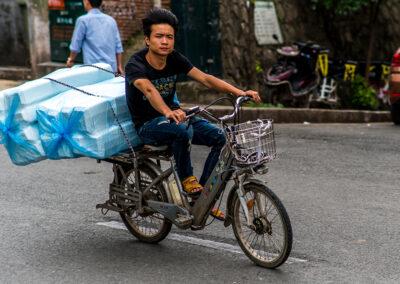 Straße in China Motorradfahrer Transport